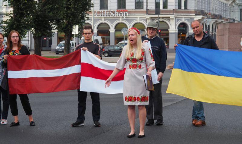 """""""No sākotnējā Baltkrievijas gādīgā tēva tēla nav palicis pāri it nekas… Baltkrievija nepieder Lukašenko un viņa dēliem, bet Baltkrievijas tautai– baltkrieviem, un viņiem ir tiesības būt brīviem brīvā Baltkrievijā!"""" Rīdzinieces Annas Uzulēnas organizētais """"Baltijas ceļa"""" atmiņu pasākums Ukrainas un Baltkrievijas brīvības cīņu atbalstam 23. augustā pie Brīvības pieminekļa. Viņa nolasīja R.Blaumaņa dzejoli """"Tālavas taurētājs"""", tas skanēja iedvesmojoši."""