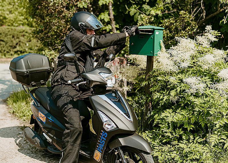 """""""Latvijas Pasts"""" sūtījumu piegādēm šā gada siltajā sezonā izmanto 11 motorollerus. Ar tiem pastnieki braucot Daugavpilī, Lielvārdē, Maltā, Mārupē, Piņķos, Rēzeknē, Rīgā, Siguldā, Stendē, Strenčos, Jelgavā un Krāslavā. """"Latvijas Pasts"""" informē, ka motorolleri pastam ļauj paātrināt pasta sūtījumu piegādi."""