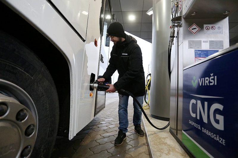 Valdība uz pieciem gadiem pieckārtīgi samazinās akcīzes nodokli saspiestajai dabasgāzei, lai veicinātu šīs gāzes uzpildes staciju tīkla veidošanos.