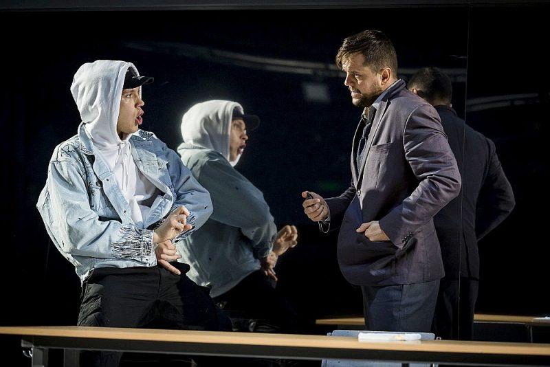 Aktieris Kārlis Arnolds Avots (no kreisās) Derila lomā gan fiziski, gan emocionāli ļauj savam tēlam elpot, un arī Ginta Andžāna smalkjūtīgā, iekšējās vibrācijās balstītā darbība skolotāja tēlā rada pārliecinošu raksturu.