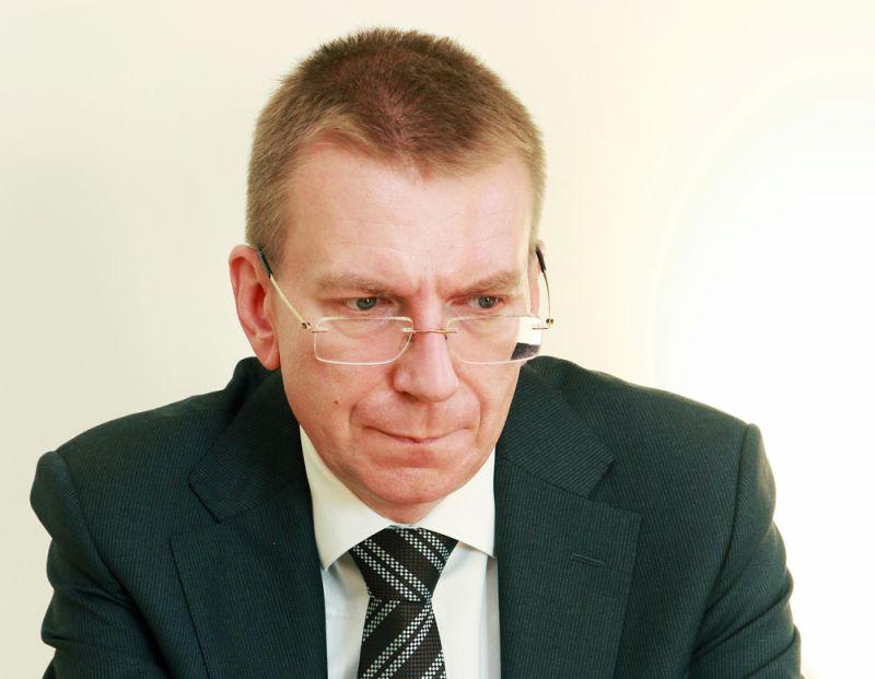 Epidemioloģiskās prasības ārlietu ministram Edgaram Rinkēvičam jau asinīs– roku nedod un viesus sēdina pa gabalu.