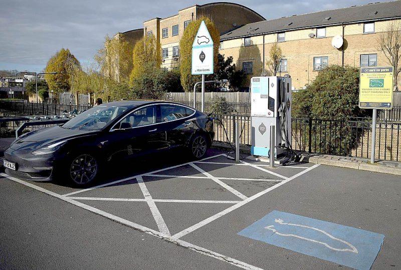 """Kāds noparkojis savu """"Tesla"""" elektromobili pie lielveikala Londonas ziemeļos. Tagad izņēmums, bet pēc 2030. gada Lielbritānijā izņēmums būs ar iekšdedzes vai dīzeļa dzinēju aprīkotie automobiļi, ja tiks īstenots trešdien pasludinātais 10 punktu plāns."""