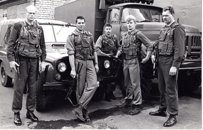 """Pirms trīsdesmit gadiem savu stāstu mūsu valsts militāri politiskajā vēsturē sāka pirmais atjaunotas valsts bruņotais formējums: vienība, kas vēlāk tika saukta par """"baltajām beretēm"""" jeb 1. policijas bataljons. Attēlā: 1. policijas bataljona kaujinieki. Rīga, 1991. gada jūnijs."""
