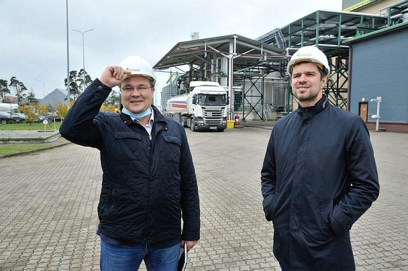 """Biodīzeļdegvielas ražotāji jau vairākus gadus ir snieguši priekšlikumus, kā sasniegt atjaunojamās enerģijas īpatsvaru transportā 10%, gan kā panākt 6% CO2 ietaupījumu transportā. """"Bioventa"""" ir gatava nodrošināt Latviju ar biodīzeļdegvielu Eiropas Komisijas direktīvu izpildei. Attēlā SIA """"Bioventa"""" valdes pārstāvji Egils Staris (no labās) un Indulis Stikāns."""