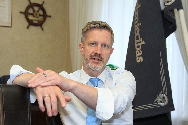 """Latvijas Tirdzniecības un rūpniecības kameras valdes priekšsēdētājs Jānis Endziņš: """"Diemžēl visticamākais nākotnes scenārijs ir šāds – nākamā gada sākumā tiks izjaukti un sagrauti esošie alternatīvie nodokļu režīmi, sekos gads kaut kāda nesaprotama starpstāvokļa, kuru daudzi sīkie uzņēmēji varētu arī nepārdzīvot, un tad 2022. gada sākumā beidzot parādīsies viņiem domātais darījumu konts, kas atvieglos dzīvi. Un tas viss ekonomiskās krīzes laikā."""""""