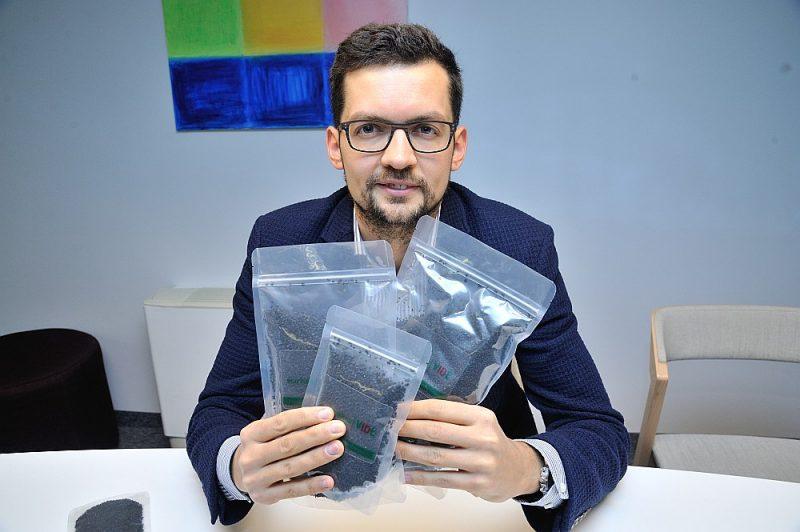 """""""Eco Baltia Vide"""" valdes priekšsēdētājs Jānis Aizbalts: """"No  autoservisa klienta saņemto naudu, kurai būtu jāsedz riepu savākšana un nodošana pārstrādei, negodīgs komersants iebāž sev kabatā. Bet riepas izmet kādā atkritumu izgāztuvē."""""""