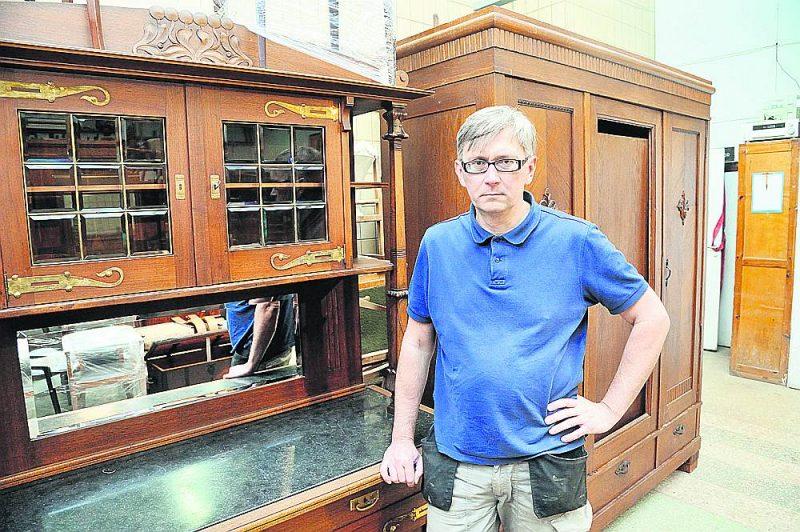 """SIA """"Mēbeļu restaurācija""""  darbnīcas vadītājs Arnis Kalējs: """"Pārstrāde – tas nenozīmē zaļumu, jo procesā patērē vairāk enerģijas un tās ir lielākas izmaksas. Es teiktu – tieši vecu, antīku mēbeļu  restaurācija ir zaļā domāšana. Vecās mēbeles kalpo simt gadus, tad tās restaurē, un mēbeles varēs kalpot vēl simt gadus."""""""