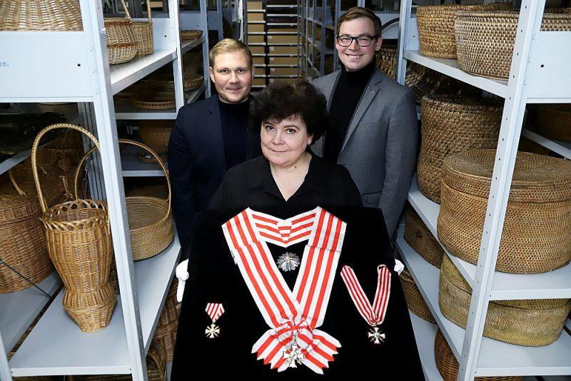 """Trīs no grāmatas autoriem ar Latvijas valsts vēstures dārgumu – Lāčplēša Kara ordeņa trim pakāpēm. Arnis Strazdiņš (no kreisās), Anda Ozoliņa un Mārtiņš Vāveris: """"Šī grāmata ir labs apkopojums ar vairākiem padziļinātiem akcentiem."""""""