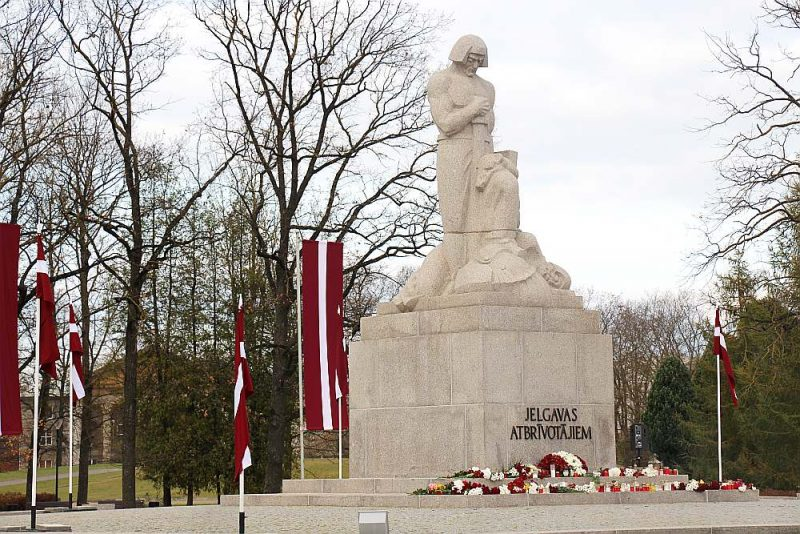 Šo Brīvības cīnītājiem veltīto pieminekli, ko par tautas ziedojumiem 1932. gadā veidoja tēlnieks Kārlis Jansons, atjaunoja viņa dēls Andrejs Jansons. Fragments no oriģināla, kuru iznīcināja padomju laikā, atrodas pie Ģ. Eliasa Jelgavas Vēstures un mākslas muzeja.