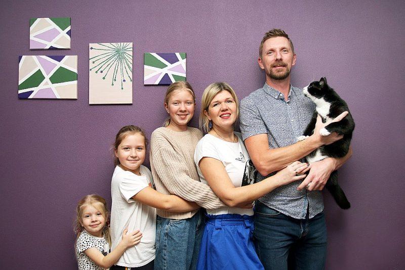 Sandis un Dace Sladkēviči uzskata, ka meitām Florencei (no kreisās), Rebekai un Samantai paveicies ar tikšanu pašvaldības bērnudārzā jau trīs gadu vecumā.