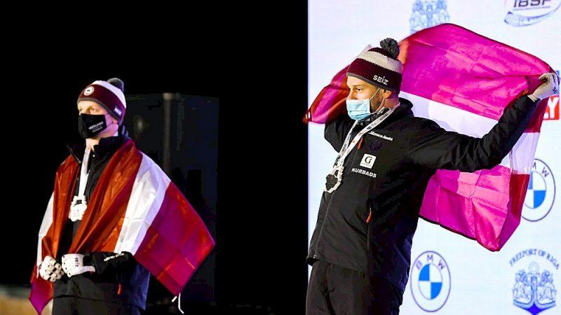 Martins (no labās) un Tomass Dukuri uz Pasaules kausa goda pjedestāla Siguldā.