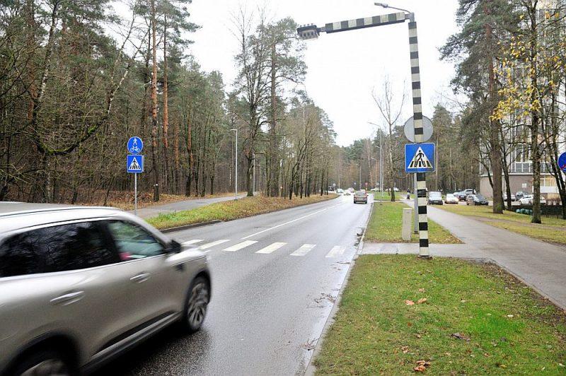 """Uz šīs gājēju pārejas Rīgā, Šmerļa ielā, autovadītāja ar savu """"Lexus"""" sabrauca gājēju."""