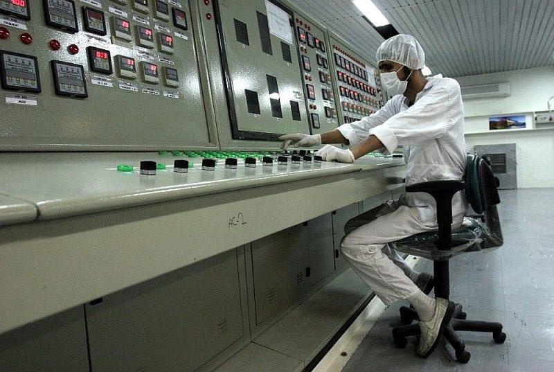Irānas speciālists strādā urāna pārstrādes rūpnīcā Isfahanas tuvumā.