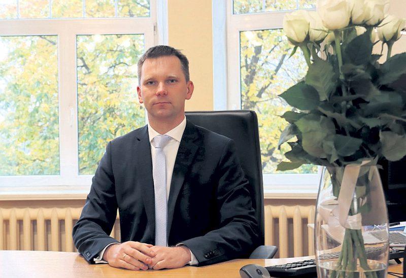 """Iepirkumu uzraudzības biroja (IUB) vadītājs Artis Lapiņš: """"Ja skatāmies uz atklātības līmeni, mums iepirkumi jāizziņo par krietni vien zemākiem līgumcenu sliekšņiem, nekā to prasa ES direktīva, un atsevišķi sliekšņi ir daudz zemāki nekā vairākās citās ES valstīs. Tādā ziņā mums atklātības līmenis ir ļoti augsts."""""""
