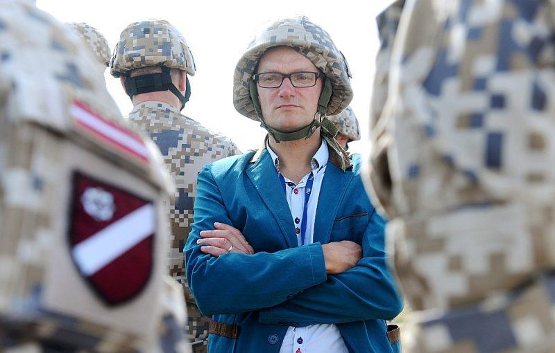 """Aizsardzības ministrijas valsts sekretārs Jānis Garisons: """"Šobrīd brutāla un atklāta okupācija  ir maz iespējama, taču var notikt visādi neprognozējami pagriezieni ļoti īsā laikā, īpaši tādās ģeogrāfiskās vietās, kādā atrodas Latvija, un tam jābūt gataviem."""""""