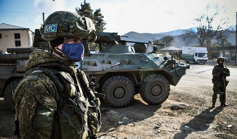 Karam par Kalnu Karabahu beidzoties, Krievija ieguva tiesības izvietot šajā reģionā 2000karavīru lielu kontingentu. Attēlā: Krievijas miera uzturēšanas kontingenta karavīrs līdzās bruņutransportierim BTR-80 kontrolpostenī armēņu atstātajā Čaparas ciemā Kelbadžāras pilsētas tuvumā.