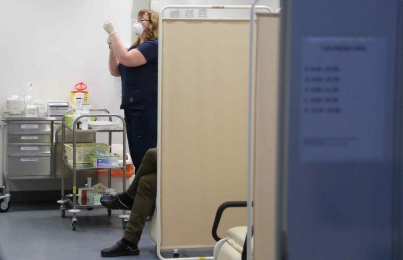 """Vakcīnas """"Comirnaty"""" pret Covid-19 injicēšana stacionārā """"Gaiļezers"""", Pirmie fotomirkļi, kā Latvijā sāk vakcinēt pret Covid-19"""
