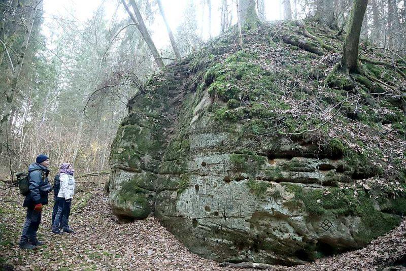 Dabas skaitīšanas projekta vadītāja Irisa Mukāne un ģeologs, dabas skaitīšanas kontrolieris Dainis Ozols pie iežu atsegumiem Murjāņos.