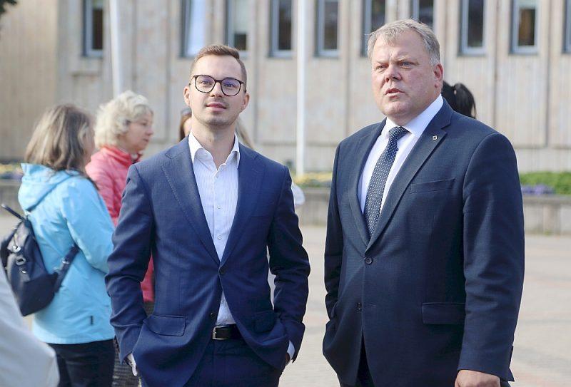 A. T. Pleša (no kreisās) priekšrocība ir tā, ka viņš ir strādājis ministrijā un vadījis Administratīvi teritoriālās reformas komisiju, bet diez vai tas palīdzēs labāk saprasties ar Latvijas Pašvaldību savienības priekšsēdi Gintu Kaminski.