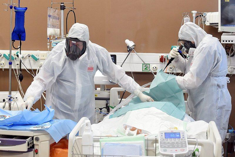 Ārkārtas stāvokļa izsludināšana veselības aprūpē dos lielākas rīcības iespējas gan Veselības ministrijai, gan arī ārstniecības iestāžu vadītājiem laikā, kad ir sasniegta kritiski augsta slimnīcu noslodze ar kovida slimniekiem.