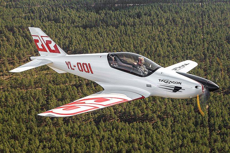 """Lidojums ar privāto lidmašīnu gan laika, gan izmaksu ziņā esot izdevīgāks nekā ar satiksmes lidmašīnu, uzskata Latvijas uzņēmumā """"Tarragon""""."""