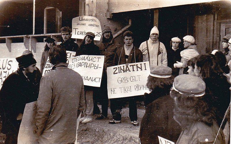 Akcijas pirmajā dienā 1989. gada 18. februārī pie nama Tereškovas ielā 25. Fotogrāfijas autors nav zināms, taču tas bijis kāds no studentiem.