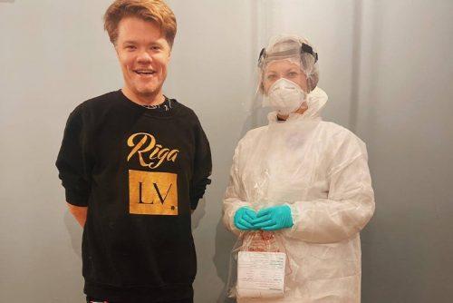 Toms Grēviņš un Centrālās laboratorijas medmāsa Niāra Sprance.