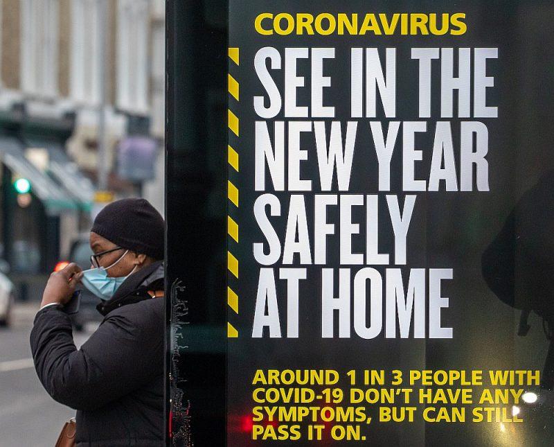 Sociālā reklāma Londonas ielās aicina britus šoreiz sagaidīt Jauno gadu mājās, drošībā.