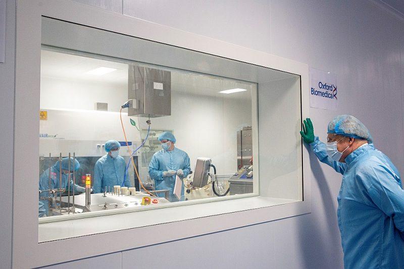 """Vakcīna, kuru """"AstraZeneca"""" izstrādāja sadarbībā ar Oksfordas universitāti, jau tiek izplatīta Lielbritānijā. Attēlā: Lielbritānijas premjerministrs Boriss Džonsons ražotnē """"Oxford Biomedica"""", kur top """"AstraZeneca"""" vakcīnas."""