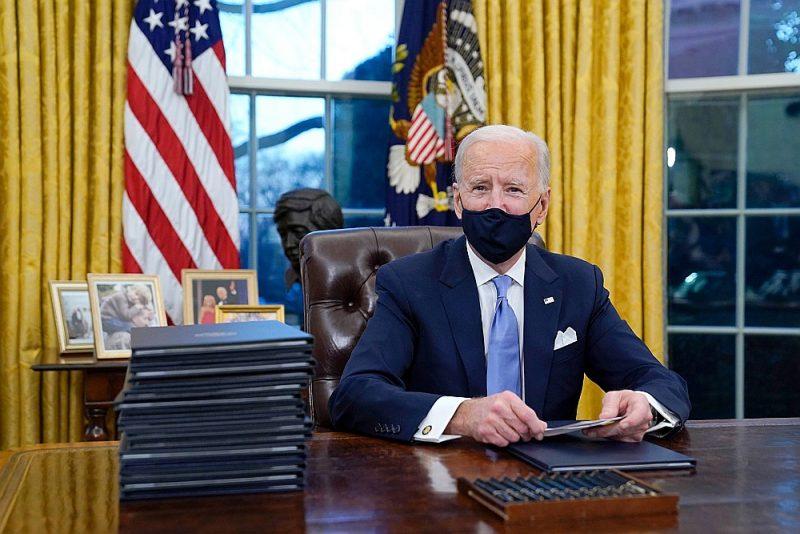 ASV prezidents Džo Baidens Baltā nama Ovālajā kabinetā.