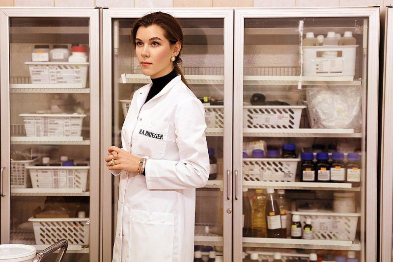 """""""Dzintara"""" jaunā vadītāja Anastasija Udalova pilda savu solījumu – atjaunot ražošanu bankrotējušajā uzņēmumā, kas savulaik bija viens no Latvijas rūpniecības atpazīstamākajiem simboliem."""