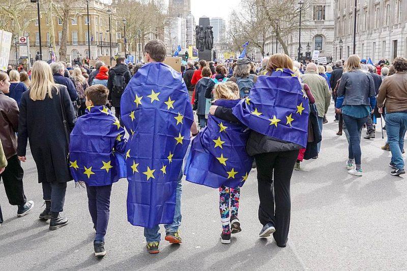 Ja eiropietim jau ir rezidenta statuss, tad viņš var paspēt uzaicināt pie sevis ģimenes locekļus, ar kuriem bijušas ģimenes attiecības uz pagājušā gada 31. decembri.