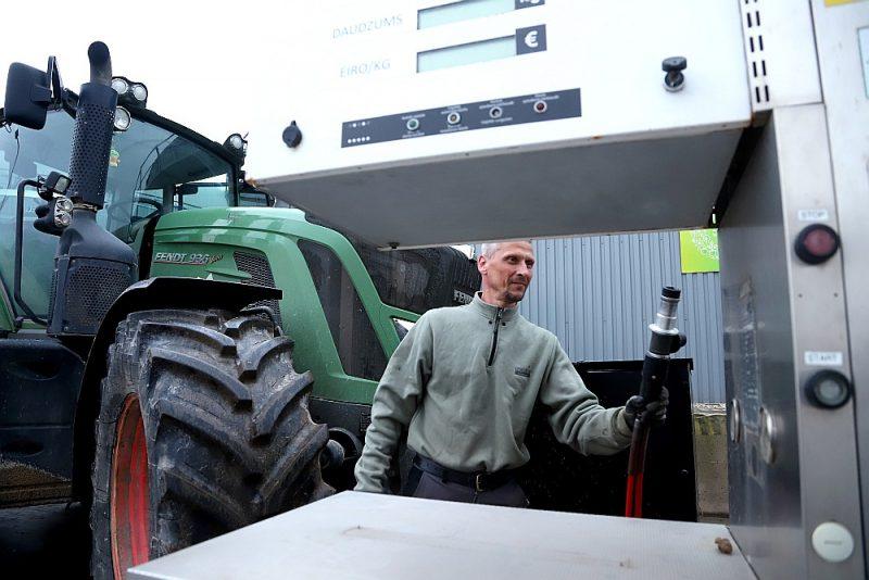 """Baltijas valstīs pirmajiem ar biometānu darbināmajiem """"Fendt"""" traktoriem biometāna tvertne atrodas priekšējā daļā. Gāzes spiediens tvertnē ir 200 bāri."""