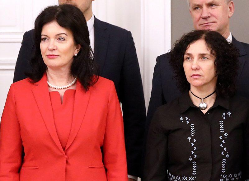 Izglītības un zinātnes ministre Ilga Šuplinska (no labās) un labklājības ministre Ramona Petraviča jau iepriekš saņēmušas daudz kritikas.