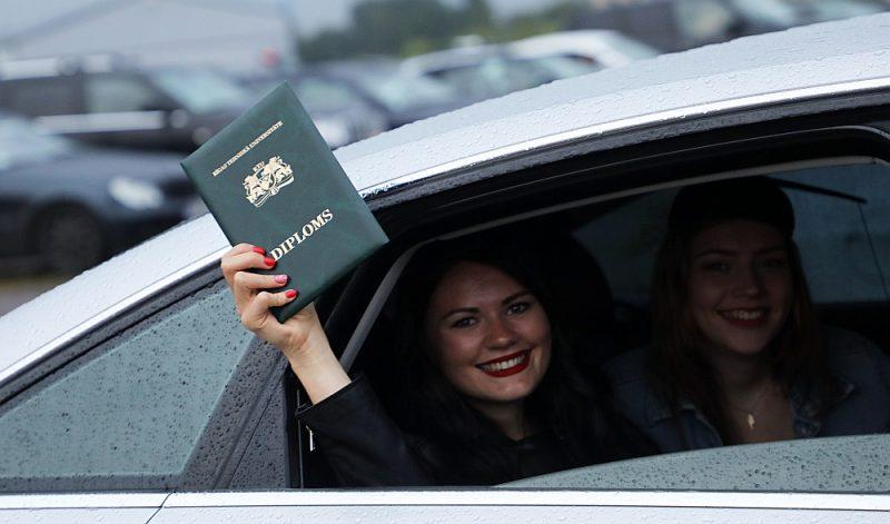 Visvairāk valsts apmaksāto studiju vietu parasti tiek Rīgas Tehniskajai universitātei. Attēlā: Rīgas Tehniskās universitātes absolvente lielajā izlaidumā, kas pērnvasar notika Spilves lidlaukā netradicionālā formātā, kad pēc diplomiem jaunieši brauca automašīnās.