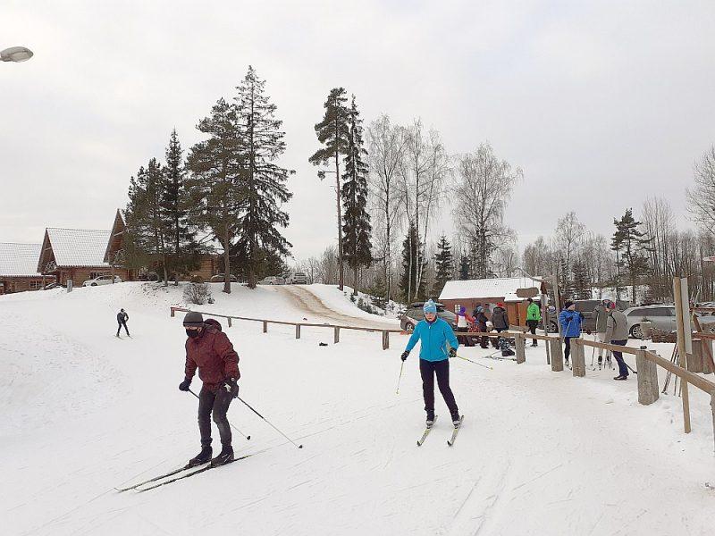 Madonā Smeceres sila slēpošanas kompleksa distanču slēpošanas trasēs šoziem valda īsti ģimeniska gaisotne, un sniega sega regulāri tiek papildināta ar mākslīgo sniegu, lai slēpot te varētu līdz pavasarim.