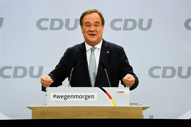 """""""Mēs uzvarēsim tikai tad, ja paliksim spēcīgi sabiedrības centrā,"""" CDU konferencē uzsvēra jaunais partijas līderis Armīns Lašets."""