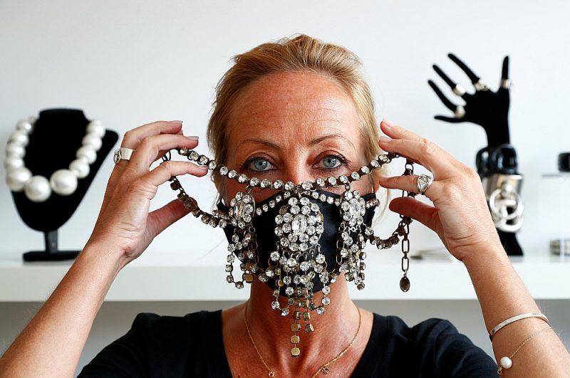 Beļģu dizainere Olīvija Heino koronavīrusa uzliesmojuma laikā radījusi aizsargmasku, kas rotāta ar dārgakmeņiem.
