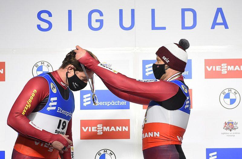 Šīs sezonas specifika – laureāti apbalvo paši sevi. Andris (no kreisās) un Juris Šici pirmo reizi ar Eiropas čempionāta zelta godalgām individuālajās sacensībās.