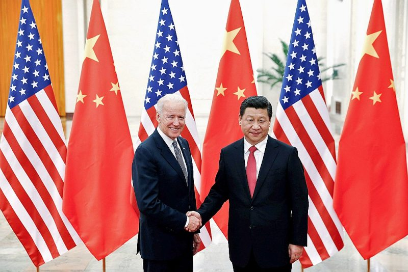 Ķīnas prezidents Sji Dzjiņpins (no labās) sasveicinās ar toreizējo ASV viceprezidentu Džo Baidenu 2013. gadā, kad Baidens bija ieradies vizītē Pekinā.