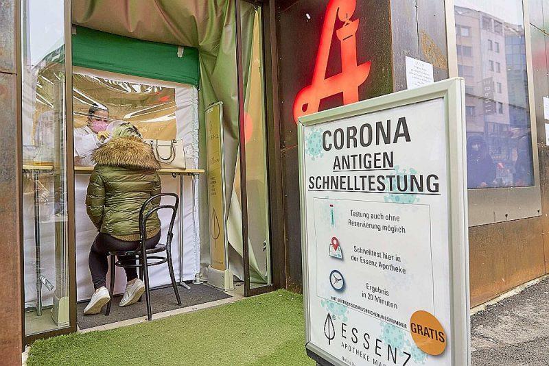 Bezmaksas ātros Covid-19 ielu testus Austrijā piedāvā ap 400 aptieku. Testu centrs iekārtots pat agrāk tūristu iecienītās Šēnbrunnas pils oranžērijā.