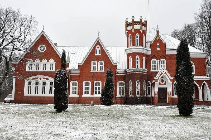 Neogotiskā Vecsalienas (Červonkas) muižas pils celta trīs gadus. Ķieģeļi vesti no vietējā cepļa, kaļķi dedzināti no Daugavas krastos iegūtā dolomīta.
