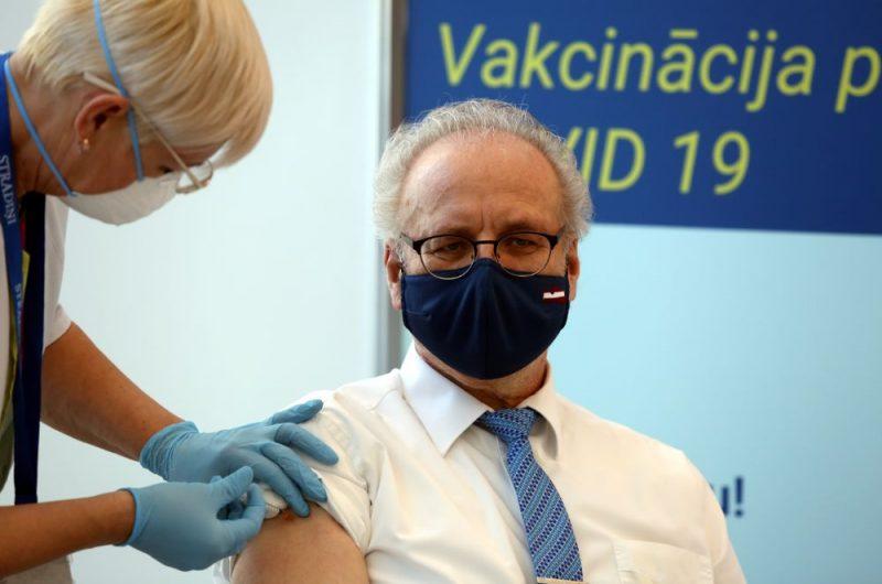 """Valsts prezidents Egils Levits saņem """"Astra Zeneca"""" vakcīnas pret Covid-19 pirmo devu Paula Stradiņa klīniskajā universitātes slimnīcā."""