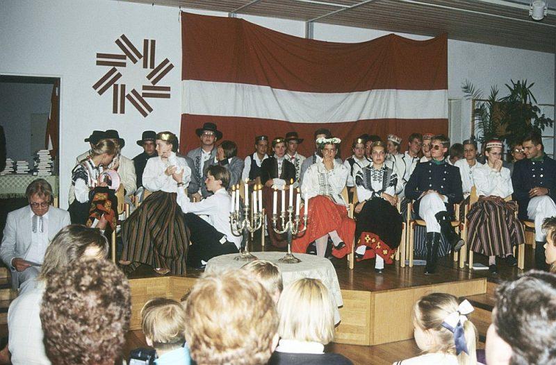 Minsteres Latviešu ģimnāzijas 1989. gada izlaidums. Kreisajā stūrī sēž un gatavojas svinīgajai runai skolas direktors Valters Nollendorfs.