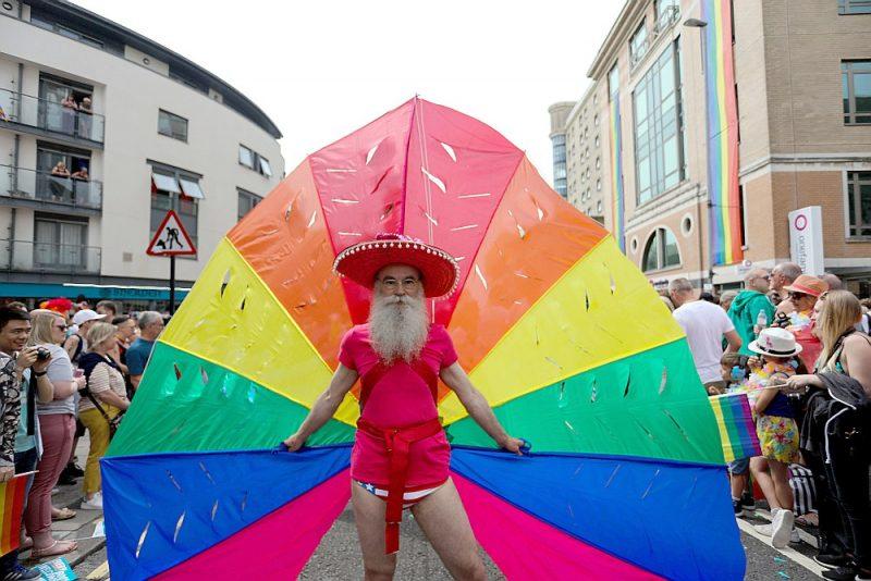 Braitona jau izsenis slavena kā visliberālākā Lielbritānijas pilsēta. Tieši Braitonā seksuālo minoritāšu procents varētu būt visaugstākais visā valstī – tuvu 10%. Attēlā: geju, lesbiešu, biseksuāļu, taranspersonu (LGBT) un viņu atbalstītāju parāde Braitonā 2019. gada septembrī.