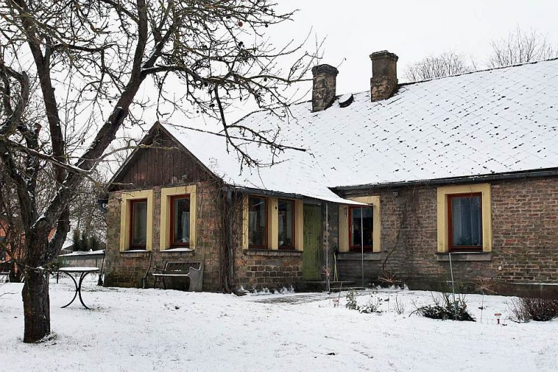 1870. gadā celtā māja bija koka guļbūve, kas vēlāk apmūrēta un siltināta.