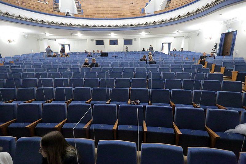 """VEF Kultūras pils zāle grupas """"Pērkons"""" koncerta starpbrīža laikā 2020. gada 17. oktobrī – vēl pirms otrās ārkārtējās situācijas stingro ierobežojumu ieviešanas."""