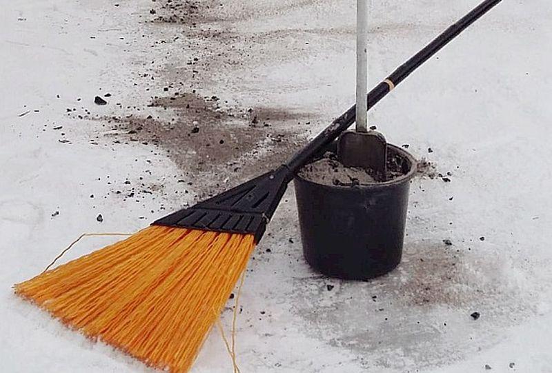 Kad sniega lielums nošķūrēts, celiņus var nokaisīt  ar pelniem, granti, smiltīm, skaidām, šķeldu.
