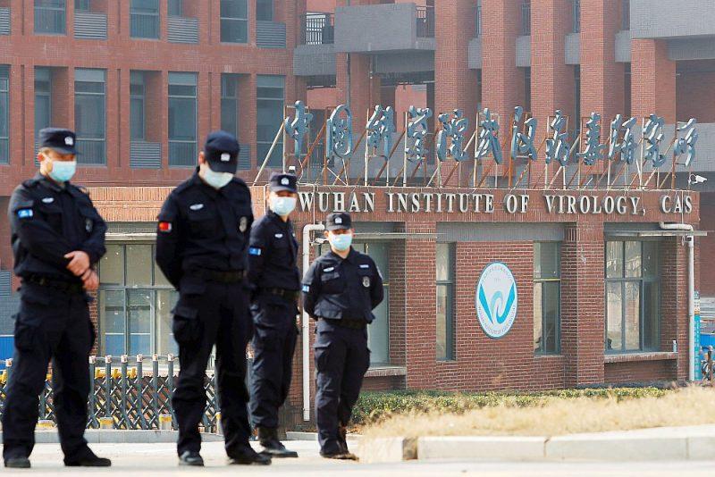 Virusoloģijas institūtu Uhaņā, ko vakar apmeklēja PVO ekspertu grupa, ciešā lokā ielenca Ķīnas drošības dienesta un apsardzes darbinieki.