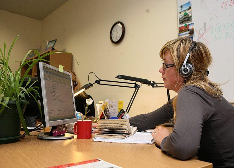 Bērnu un pusaudžu uzticības tālruņa operatori ir apmācīti sniegt pirmo psiholoģisko palīdzību.